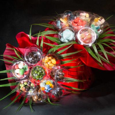 Bouquet gourmand, un bouquet de fleur contenant des bonbons ou des chocolats